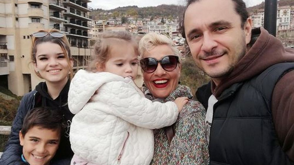 Ива Николова, съпругът ѝ Адриан Филипов и трите им деца      Снимка: личен архив