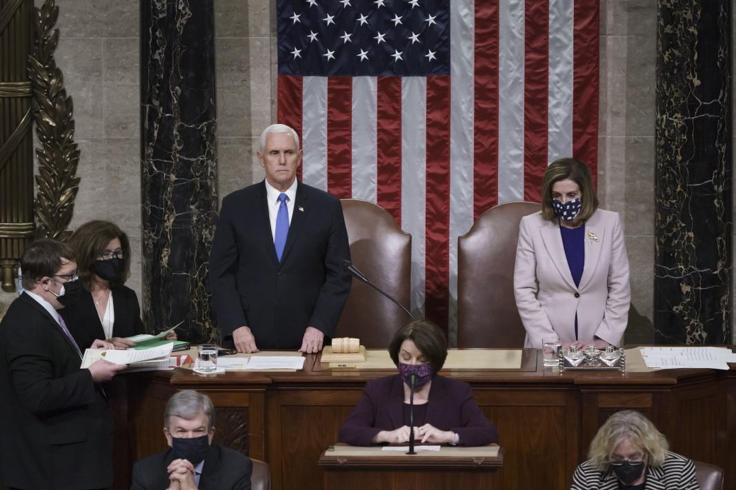 Вицепрезидентът Майк Пенс и председателят на Камарата на  представителите на американския Конгрес Нанси Пелоси на окончателното удостоверяване на гласовете на избирателната колегия.