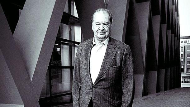 Роден в град Бургос Испания през 1933 година в семейство