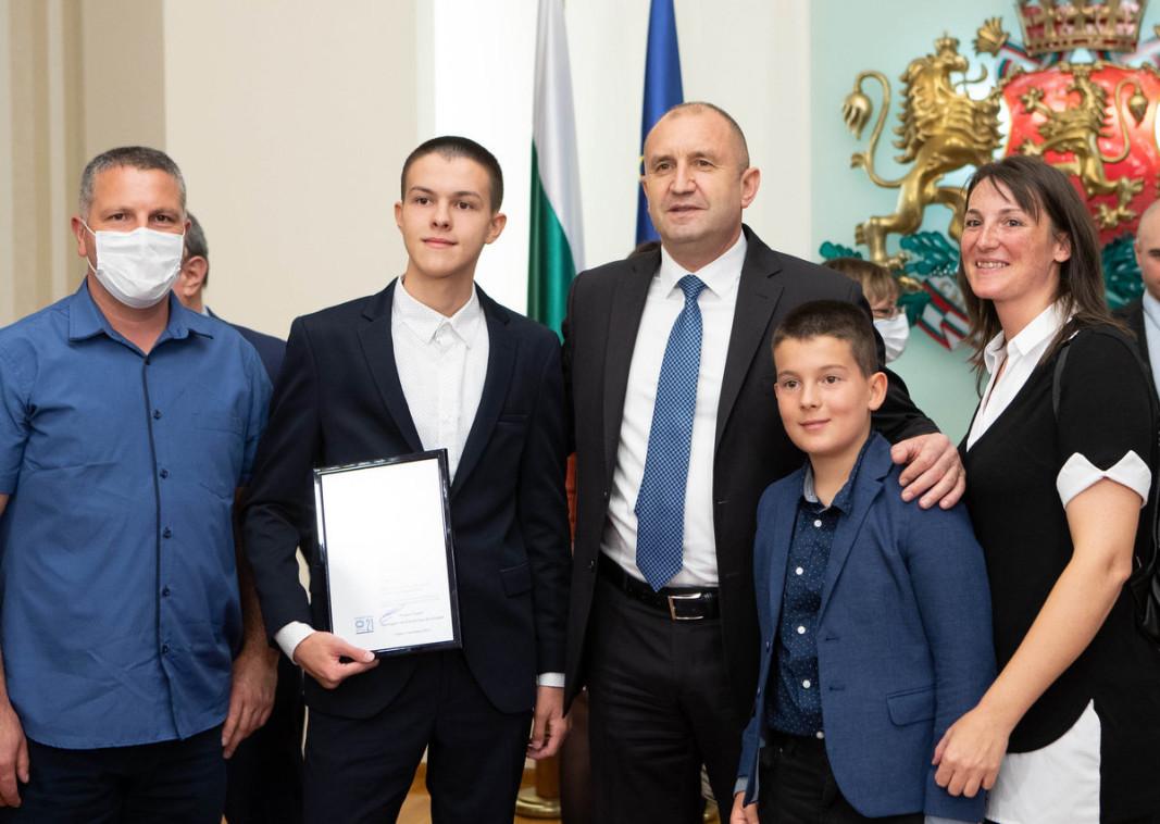 Президентът Румен Радев връчи награди на името на Джон Атанасов    Снимка: Президентство