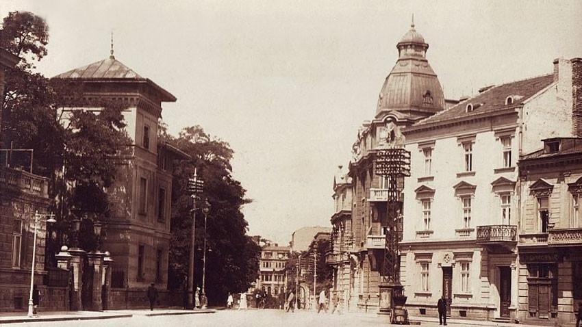 """Сградата на ул. """"Московска"""" (високата постройка вдясно)"""