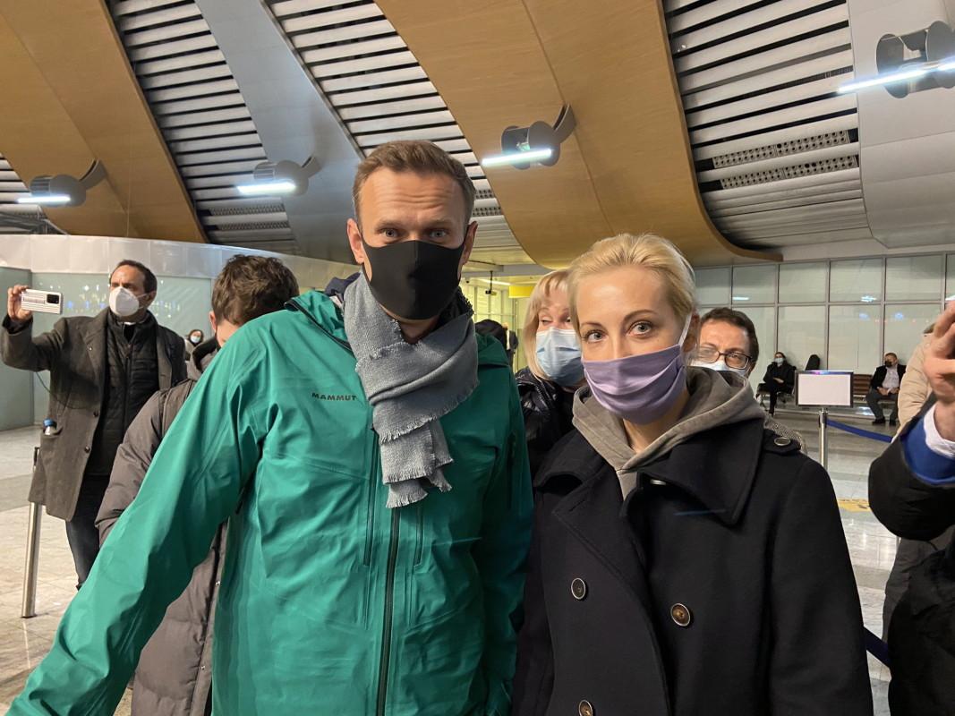 Алексей Навални със съпругата си Юлия на летище Шереметиево