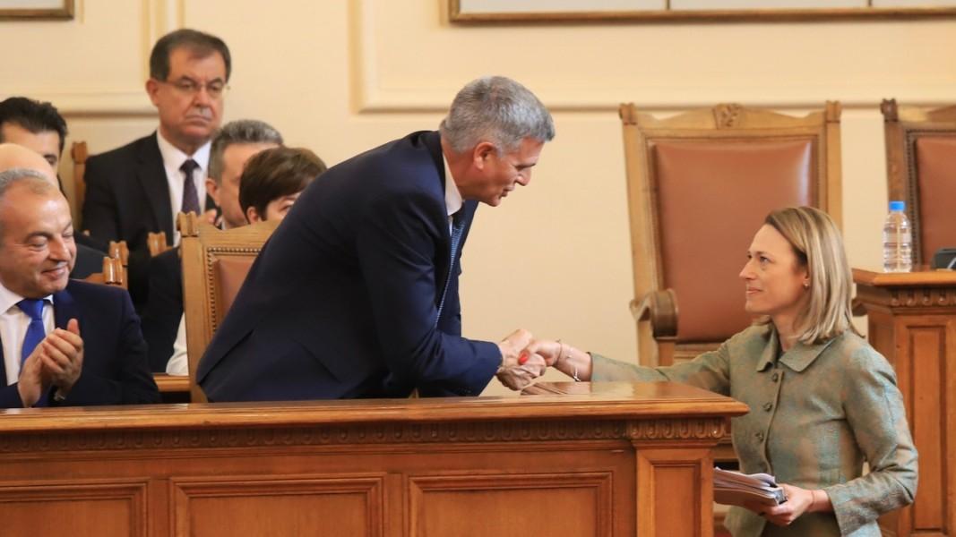 Служебният премиер Стефан Янев поздравява председателя на 46-ото НС Ива Митева   Снимка: БГНЕС