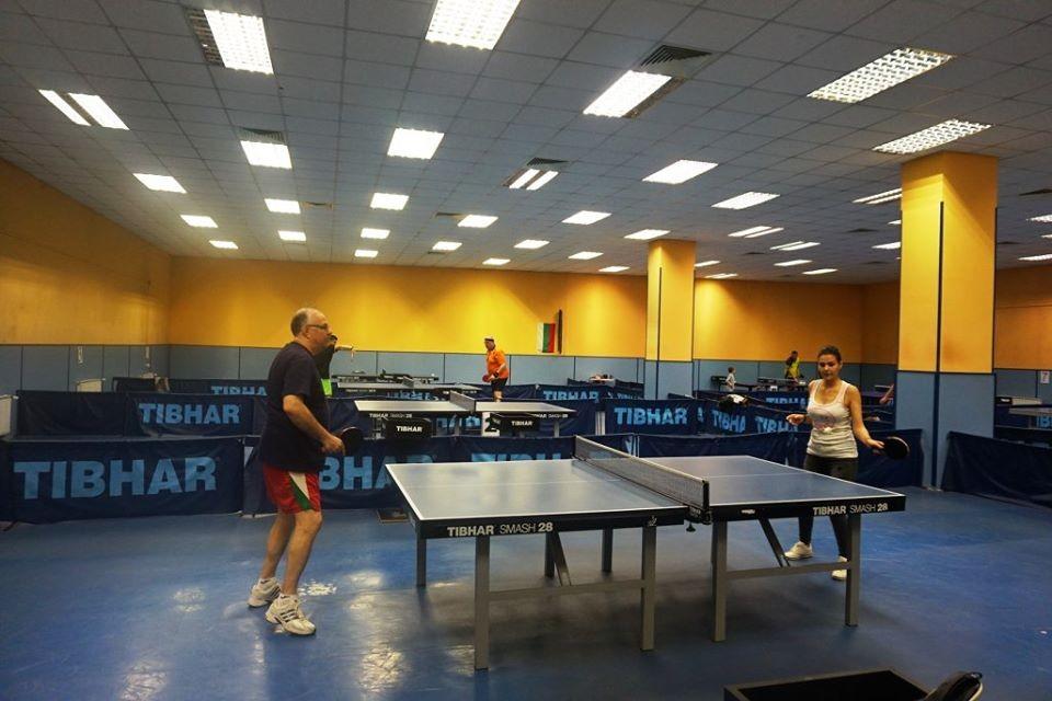 И в България има много зали, в които да се играе тенис на маса.