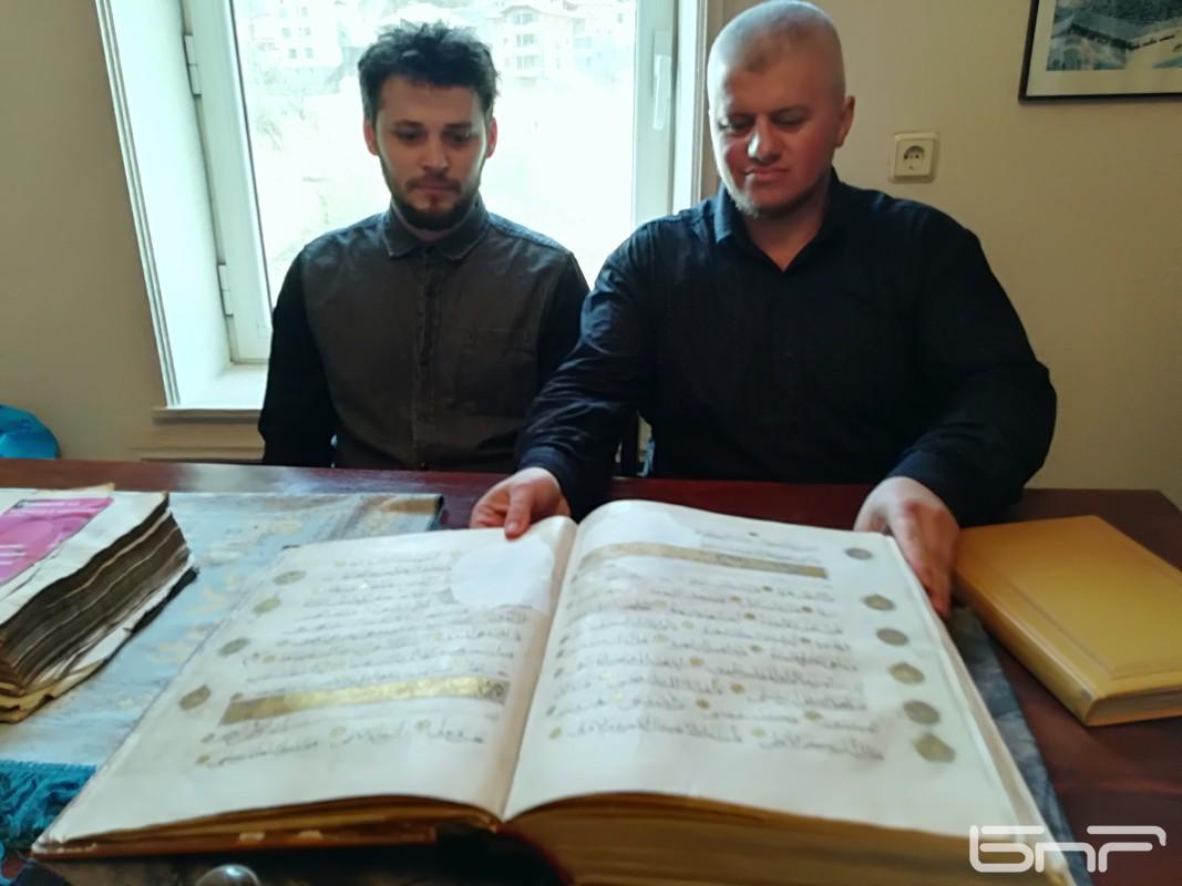 Имамът Хайри Хаджиев (вляво)  и Исмет Моллов, председател на мюсюлманското настоятелство в Чепинци (вдясно)