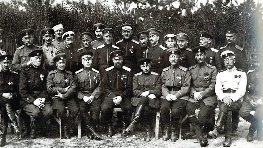 General Kuenov'un başında bulunduğu Birinci Ordu Kolordusu subayları , Veliko Tırnovo 6 Nisan 1922 .