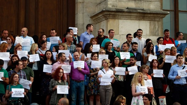 Няколко десетки румънски магистрати се събраха на протест пред Апелативния