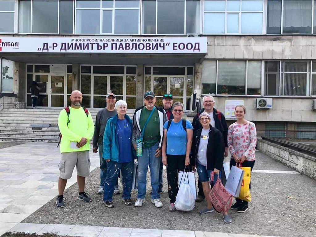 Доброволците през болницата в Свищов. Групата от 4 жени и 5 мъже направила ремонта за четири дни.