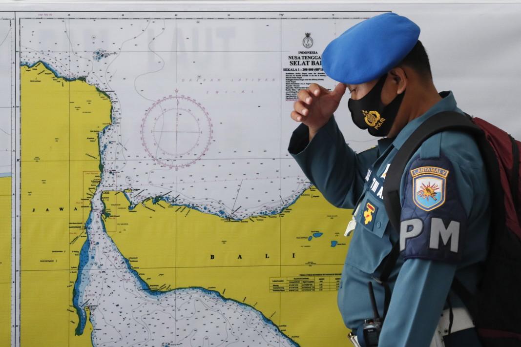 Индонезийски офицер пред карта на района за издирване на изчезналата подводница. Съдът , произведен от Германия, е обявена за изчезнал на 21 април 2021 г. близо до остров Бали с 53 души на борда, докато се подготвят за провеждане на торпедна тренировка.