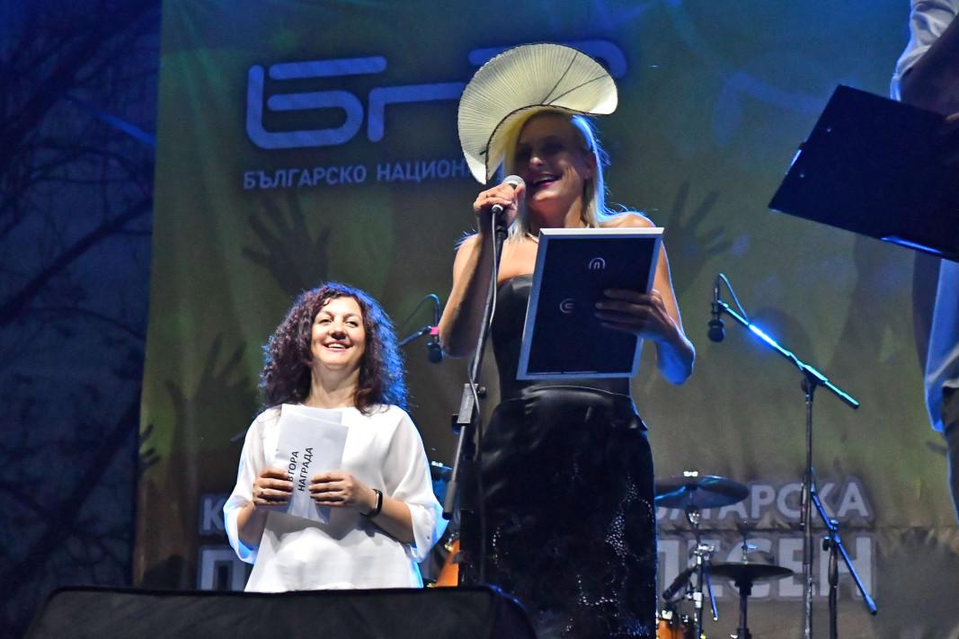 Вера Шандел с Втора награда, връчена от Даниела Късовска – програмен директор на БНР