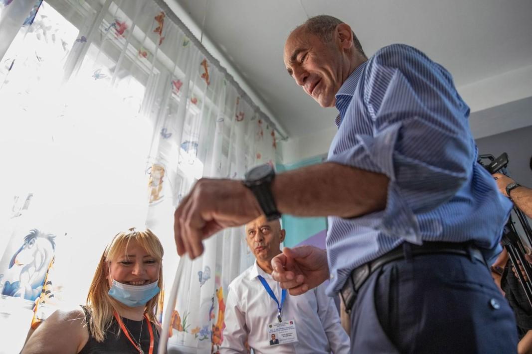 Роберт Кочарян пуска бюлетина в Ереван. Снимка ЕПА/БГНЕС