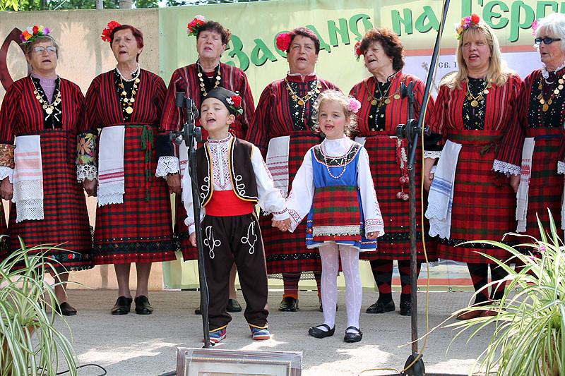 Женската фолклорна група и най-малките певци на една сцена. Снимка: transgourme.eu