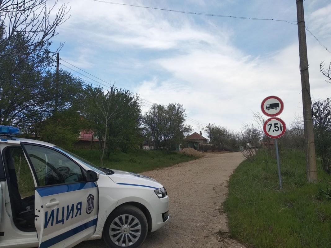 Районът около дома на нападателя в село Манастирище, община Хайредин, област Враца, бе блокиран от полиция.