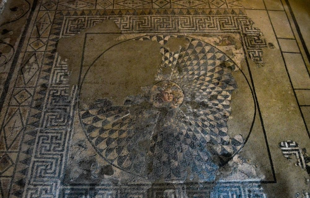 Suelo de mosaico con la imagen de la Gorgona Medusa expuesto en el museo