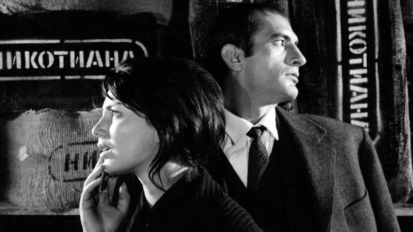 """Nevena Kokanova (Irina) dhe Yordan Matev (Boris) në një skenë nga filmi """"Duhani"""" në romanin e Dimitër Dimov"""