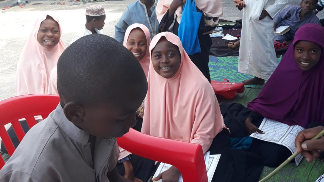 В Медресето (ислямско религиозно училище) с децата и техните учителите    Снимка: Славена Илиева