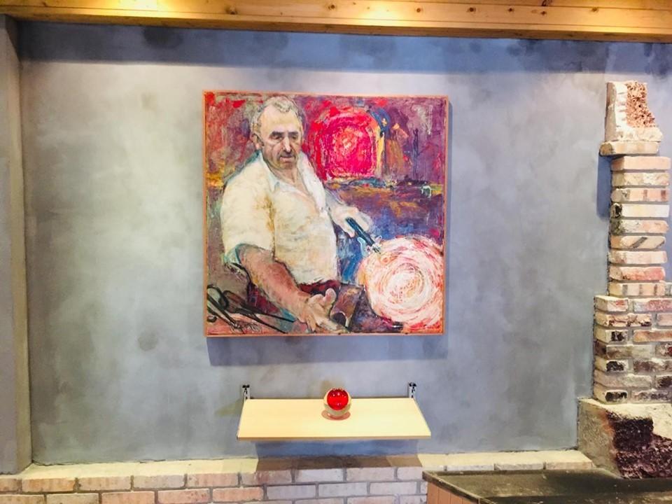 Картина на майстор, работещ със стъкло в завода - Белослав