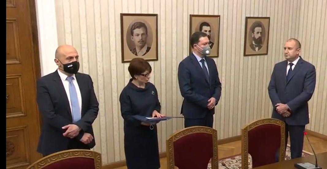 Румен Радев връчи проучвателен мандат за съставяне на правителство на най-голямата парламентарна група - ГЕРБ-СДС.