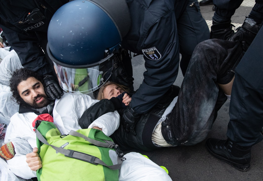 Полицията маха екоактивисти, блокирали улица пред икономическото министерство в Берлин в протест срещу бавния отказ от въглища на Германия.