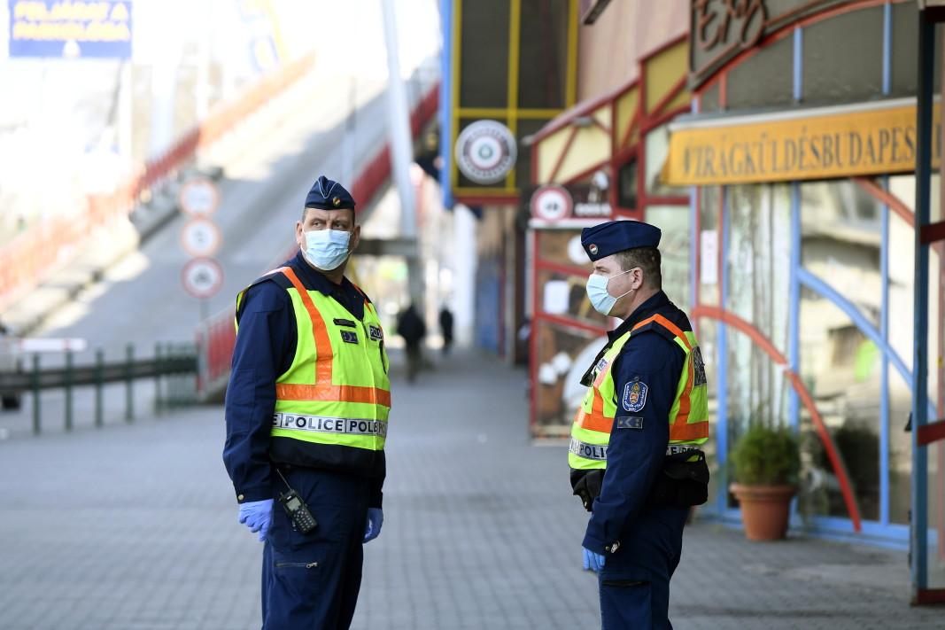 Полицейски патрул в Унгария следи за спазване на мерките срещу разпространението на коронавируса, 30 март 2020 г.