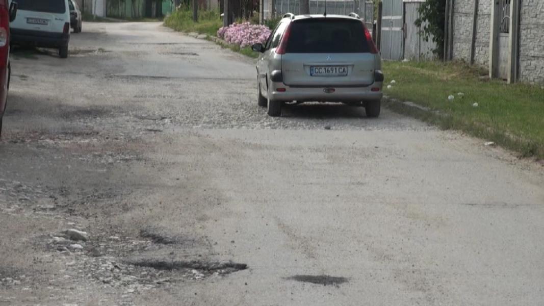 Дупки по улиците в село Калипетрово      Снимка: Незабравка Кирова