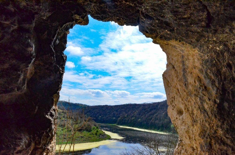 Vue sur le barrage Onogour de la caverne Chan Kaya