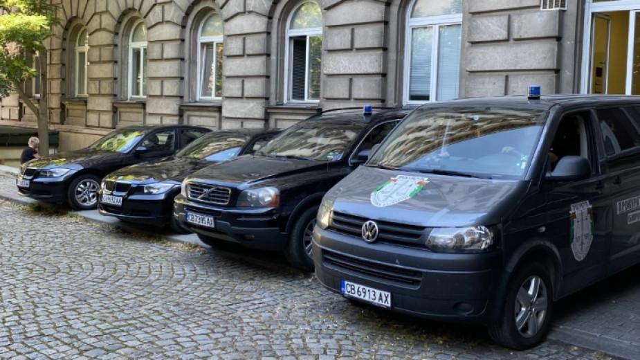 Автомобили на прокуратурата пред сградата на президентството при акцията през 2020 година. Снимка: Николай Христов