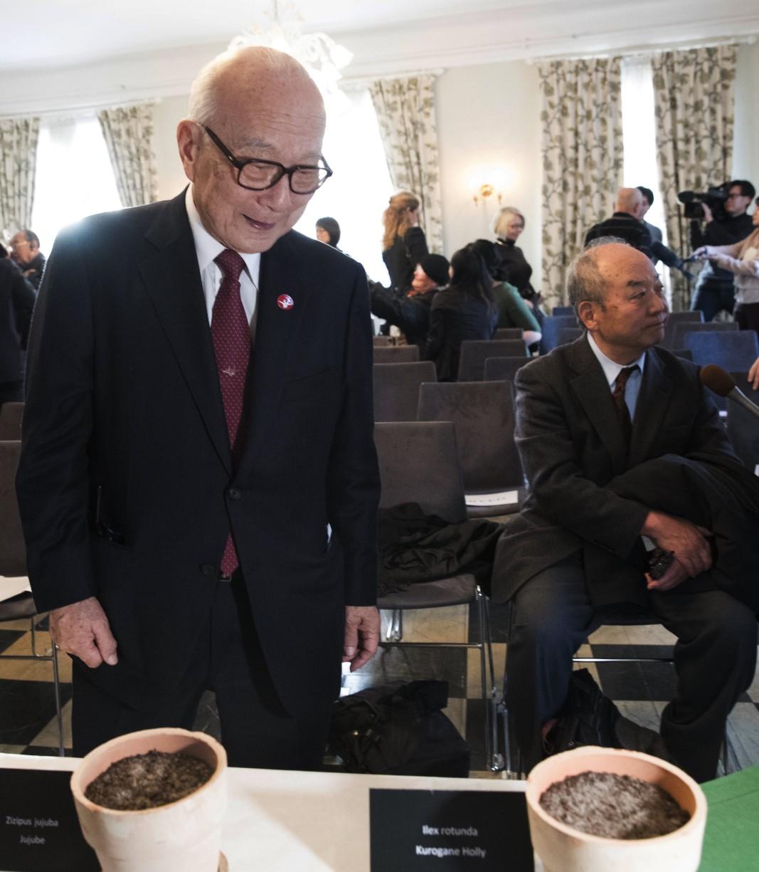 Осло, Норвегия, 2017 г. Оцелелият от Хирошима Танака Теруми разглежда саксии с пръст и семена от оцелелите дървета. Снимка: ЕПА/БГНЕС