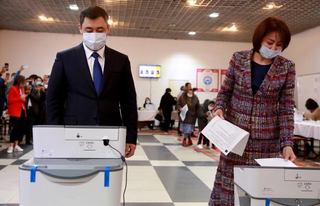 Президентът на Киргизстан Садир Жапаров  и съпругата му Айгул Асанбаева гласуват на референдума за конституционна реформа в столицата Бишкек, 11 април 2021 г. Киргизите гласуват на референдум за конституционна реформа, който включва преминаване от парламентарна към президентска система .