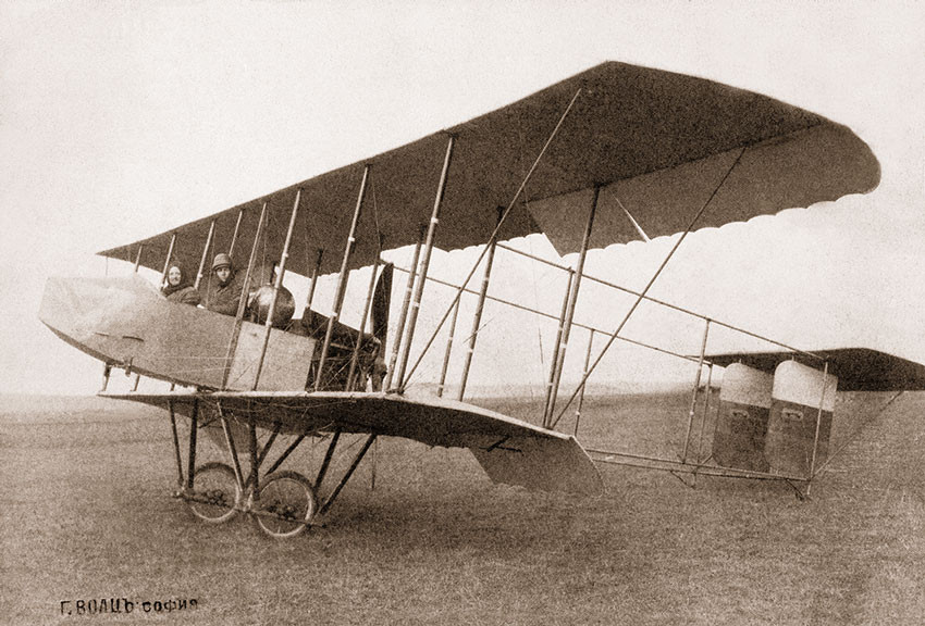 El piloto francés Bury y el fotógrafo Georg Voltz con su avión en Adrianópolis (Edirne), 1912.