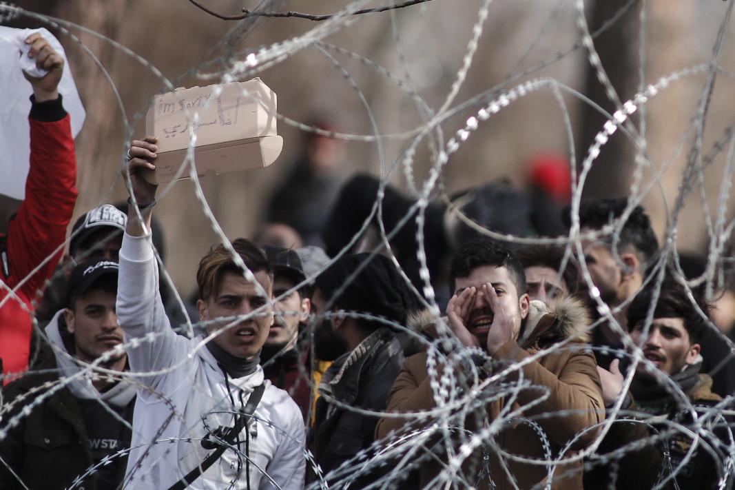 Бежанци и мигранти са се струпали на затворения граничен пункт