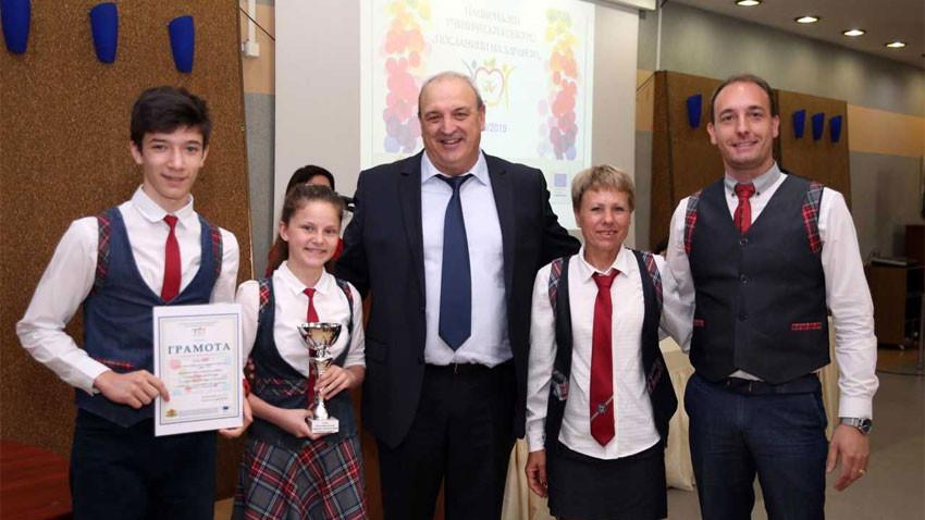 Топки и награди с грамоти получиха финалистите в конкурса и от зам.-министъра на младежта и спорта Стоян Андонов