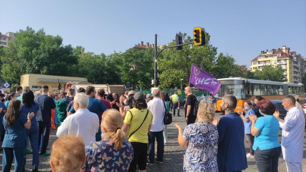 Протестиращите в защита на отстранения директор проф. Асен Балтов блокираха за кратко движението по булевард Цар Борис Трети - 16 юли 2021 г.; Снимка: Анелия Джамбазка