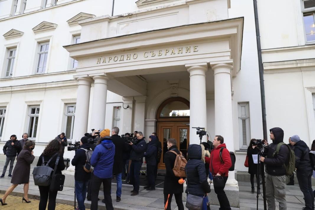 Протест пред парламента иска нови избори и служебно правителство