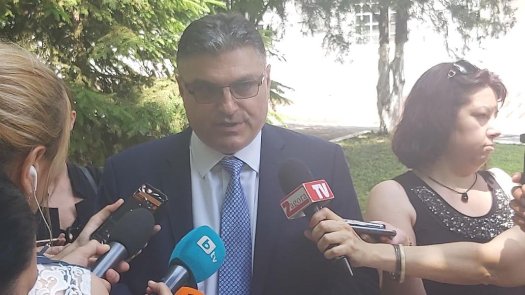 Министърът на отбраната Георги Панайотов говори пред медии в Стара Загора. Снимка: БГНЕС