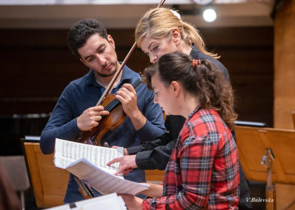 Момент от репетицията на Сергей Хачатрян и Кери-Лин Уилсън със Софийската филхармония