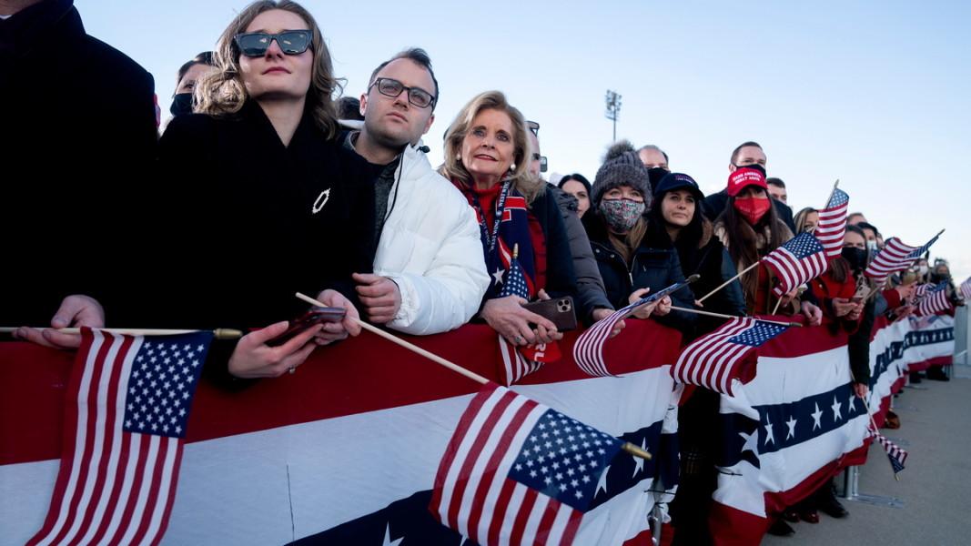 """Привърженици на Доналд Тръмп по време на прощалното му изпращане в авиобазата """"Андрюс"""". Мериленд, 20 януари 2021 г. Снимка: ЕПА/БГНЕС"""