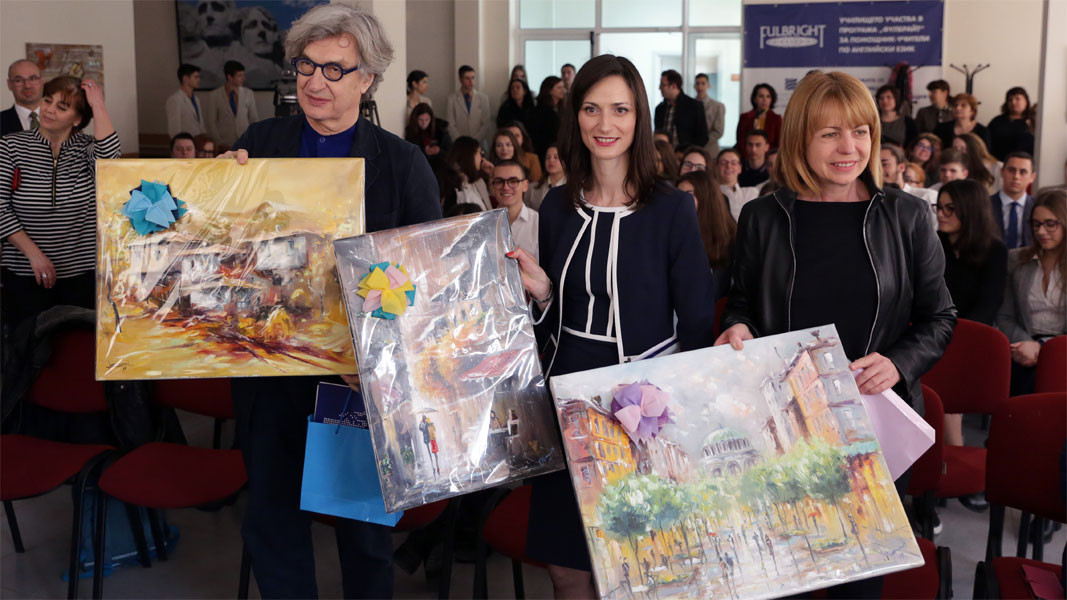 The guests received paintings as gifts from the forum
