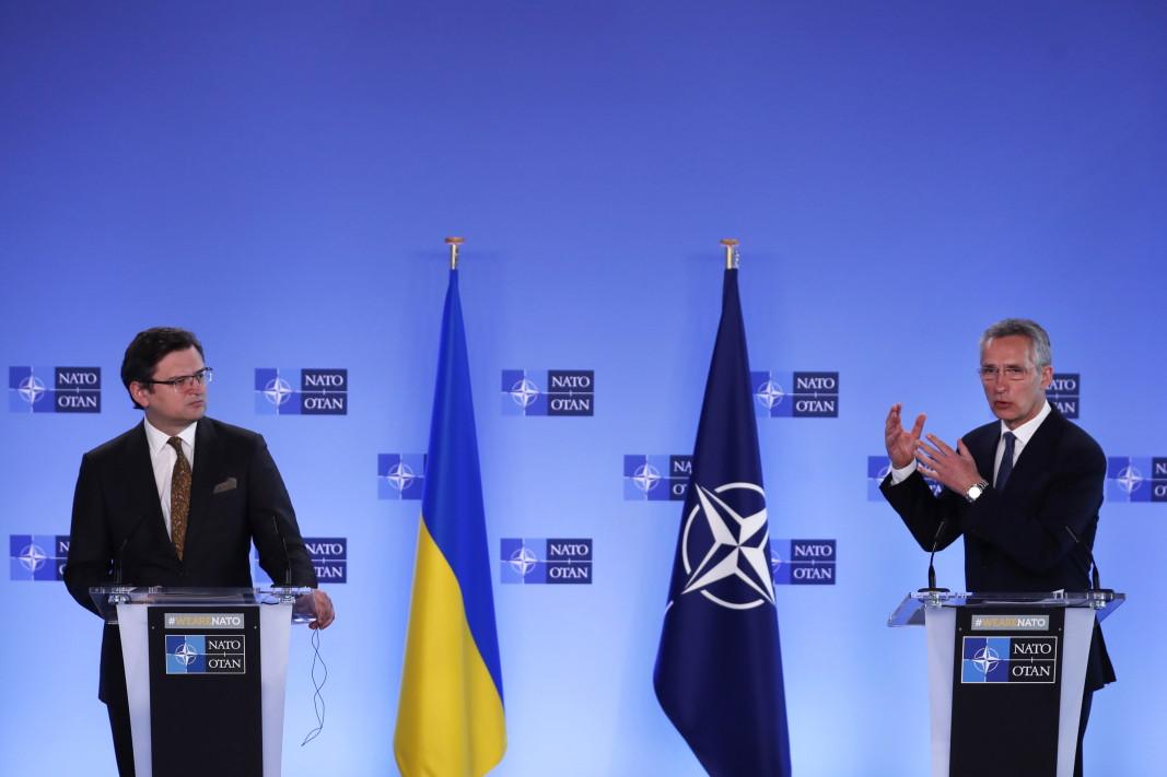 Генералният секретар на НАТО Йенс Столтенберг и министърът на външните работи на Украйна Дмитро Кулеба на пресконференцията в централата на НАТО в Брюксел, 13 април 2021 г. Столтенберг и Кулеба се срещнаха, за да обсъдят Русия съсредоточаването на войски по границата с Украйна.