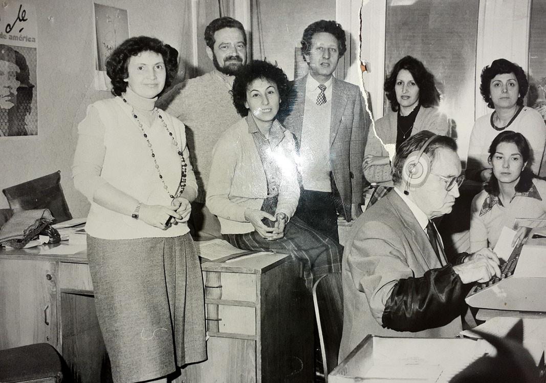 De izq. a der.: María Bratinova, Stefan Boyadzhiev, María Pachkova, Ventseslav Nikolov, Anna Gueorguíeva, Nelly Anichkina, Katia Dimánova y Carlos Rivas en la redacción española en 1977
