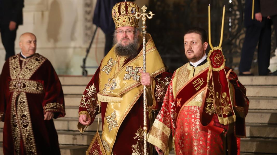 Врачанският митрополит Григорий води пасхалното богослужение.