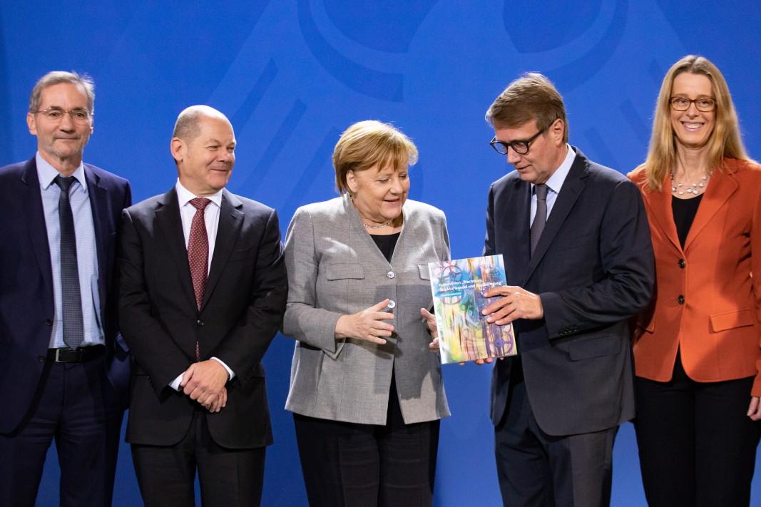 Канцлерът Ангела Меркел получава доклада на Комисията за растеж, преструктуриране на икономиката и заетост, препоръчващ отказ от въгледобив до 2038 г.