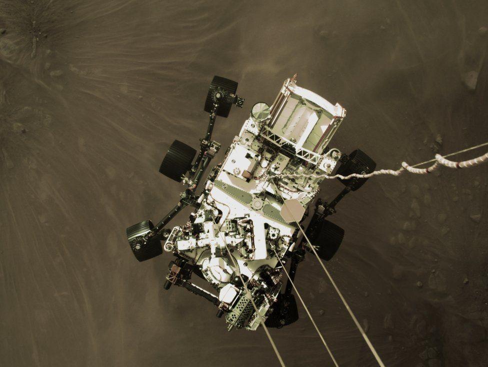 Снимка на Пърсивиърънс от ракетата му, точно преди да кацне. Снимка: NASA/JPL-CALTECH