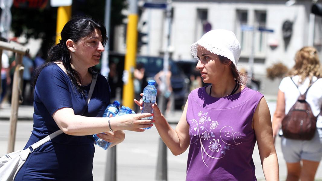 В различни пунктове на столицата в горещите дни раздават минерална вода. Снимка: БГНЕС