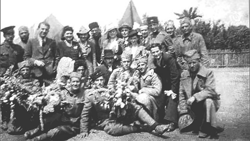 Група заробљеника и млади банатски Бугари из Винге