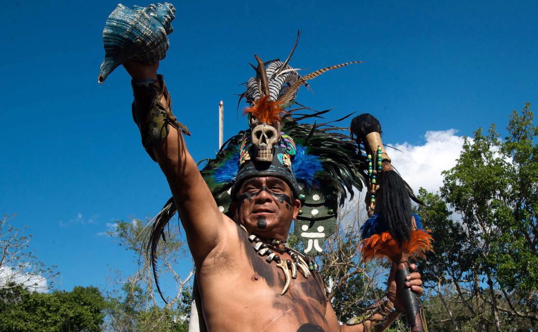 Участник в съвременното пресъздаване на обредите на маите край руините на Чичен Ица по време на пролетното равноденствие, Юкатан, Мексико.