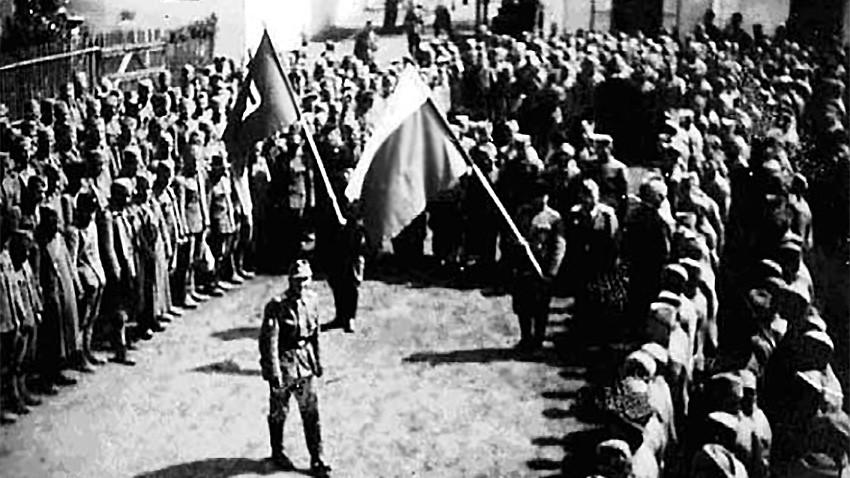 Bullgarë - robër të luftës të renditur në oborrin e kampit në Timishoara para nisjes për në Bullgari
