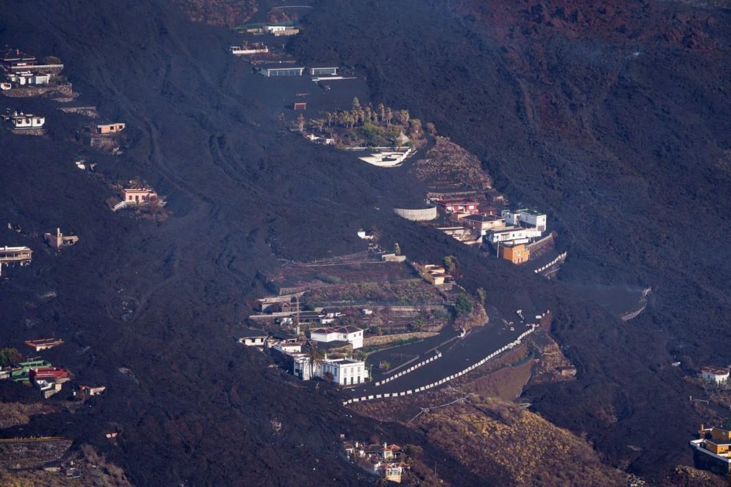 Въздушна снимка показва лава от изригването на вулкана Кумбре Виеха в района на Ел Пасо на остров Ла Палма. Снимка ЕПА/БГНЕС
