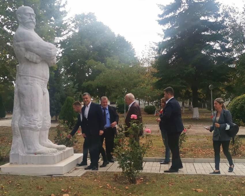 Koca Yusuf anıtına çiçekler bırakıldı.