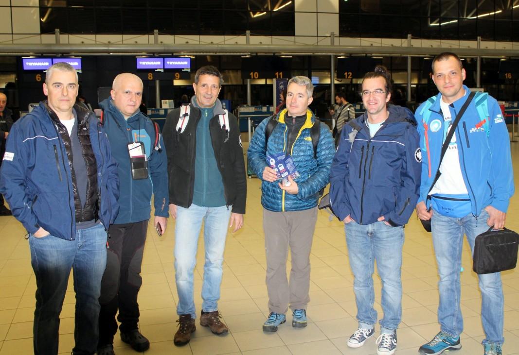 Последната група на 27-та БАЕ(от ляво надясно: Драгомир Матеев, Тодор Шамов, Камен Бонев, Олег Василев, Цветан Паров и Павел Григоров)